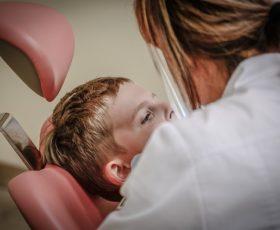Soll ich zum Zahnarzt oder zum Kieferchirurgen?